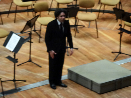 Gustavo Dudamel salue seul